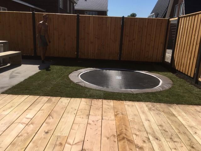 Tuinaanleg complete tuin met steigerhout en trampoline